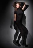 Junge dünne Zauberdame gekleidet im Schwarzen Stockfotos