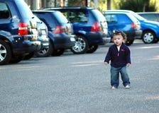 Junge durch Autos. Stockfoto