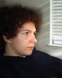 Junge durch das Fenster lizenzfreies stockbild