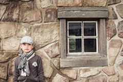 Junge durch das kleine Fenster Lizenzfreie Stockbilder