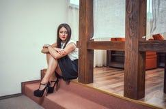 Junge durchdachte Frau des Porträts Stockfotos