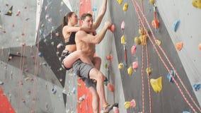 Junge ehrfürchtige Paare, die Aerobic-Übung tun stock footage