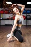 Junge Eignungsfrau, die aerobe Tanzübung tut Stockfotografie