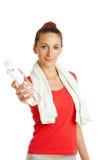 Junge Eignungsfrau, die Flasche Wasser gibt Stockbild