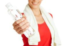 Junge Eignungsfrau, die Flasche Wasser gibt Lizenzfreie Stockbilder