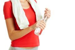 Junge Eignungsfrau, die Flasche Wasser hält Lizenzfreies Stockbild