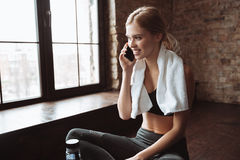 Junge Eignungsfrau mit Tuch sprechend durch ihr Telefon Lizenzfreies Stockbild