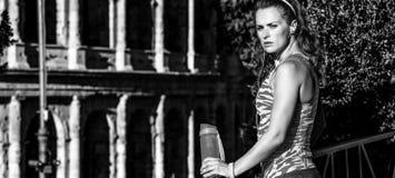 Junge Eignungsfrau in Rom, Italien mit Wasserflasche Lizenzfreies Stockbild