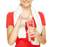 Junge Eignungsfrauen-Öffnungsflasche Wasser Lizenzfreie Stockbilder
