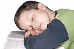 Junge ein Fallen schlafend nach einem Buch Lizenzfreie Stockfotografie