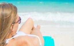 Junge ein Sonnenbad nehmende Frau Stockbilder