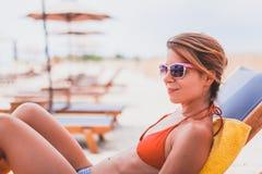 Junge ein Sonnenbad nehmende Frau Stockbild
