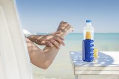 Junge ein Sonnenbad nehmende Frau Lizenzfreies Stockfoto