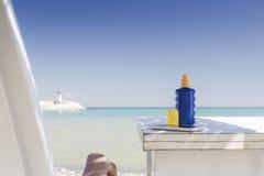 Junge ein Sonnenbad nehmende Frau Lizenzfreie Stockfotografie