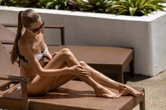 Junge ein Sonnenbad nehmende Frau. Erholungsort und Badekurort. Stockbilder