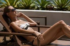 Junge ein Sonnenbad nehmende Frau. Erholungsort und Badekurort. Lizenzfreies Stockbild