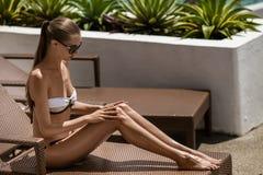 Junge ein Sonnenbad nehmende Frau. Erholungsort und Badekurort. Stockfotografie