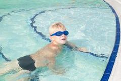 Junge in einem aquapark stockfotos
