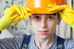 Junge in einem Bausturzhelm Stockfotografie