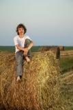 Junge in einem Heuschober auf dem Gebiet Lizenzfreie Stockbilder