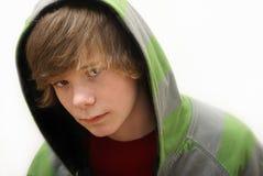 Junge in einem Hoodie lizenzfreie stockfotos