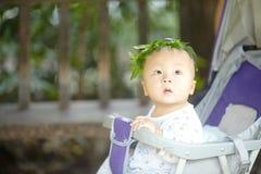 Junge in einem Kranz von Blättern Stockbilder