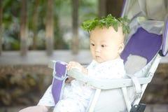 Junge in einem Kranz von Blättern Lizenzfreie Stockfotografie