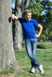 Junge in einem Park Stockfotografie