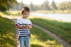 Junge in einem Park, werfend auf Lizenzfreies Stockbild