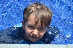 Junge in einem Pool stockbilder