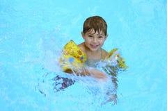 Junge in einem Pool lizenzfreies stockbild