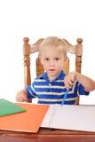 Junge an einem Schreibtisch Stockbild
