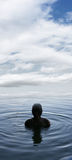 Junge in einem See stockbilder