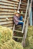 Junge in einem Strohhut in der Landschaft lizenzfreie stockfotografie