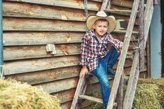 Junge in einem Strohhut in der Landschaft lizenzfreies stockfoto