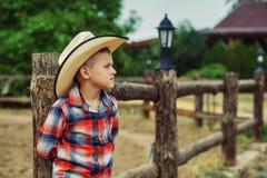 Junge in einem Strohhut in der Landschaft lizenzfreie stockbilder
