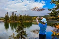 Junge in einem weißen Hut lizenzfreies stockbild