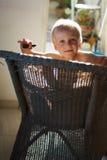 Junge in einer Flechtweide chair3 Lizenzfreies Stockfoto