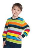 Junge in einer gestreiften Strickjacke Stockfoto