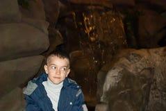 Junge in einer Höhle Lizenzfreie Stockfotos