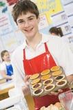 Junge in einer kochenden Kategorie Stockfotos