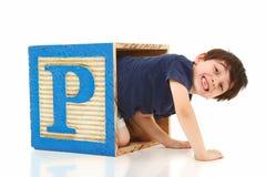 Junge in einer riesigen Alphabet-Holztype P Lizenzfreie Stockbilder