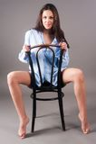 Junge elegante Frau auf Stuhl Stockbild