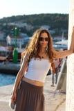 Junge elegante Frau an einem Sommertag Stockbild