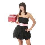Junge elegante Frau im schwarzen Kleid mit Geschenk Stockbilder