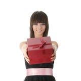 Junge elegante Frau im schwarzen Kleid mit Geschenk Lizenzfreies Stockfoto