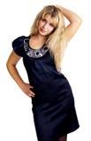 Junge elegante Frau im schwarzen Satinkleid Stockfotografie