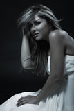 Junge elegante Frau im weißen modischen Kleid, Atelieraufnahme Stockfotos