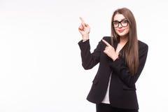 Junge elegante Geschäftsfrau, die unsichtbares Produkt zeigt Stockfotografie