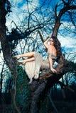 Junge elegante Modefrau im Wald stockbild